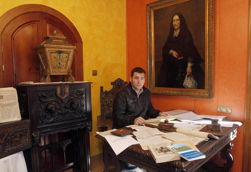 Esteban Álvarez, nombrado a sus 26 años 'guardián del patrimonio de los Tusinos', bajo el retrato de Bernarda Cuenllas.